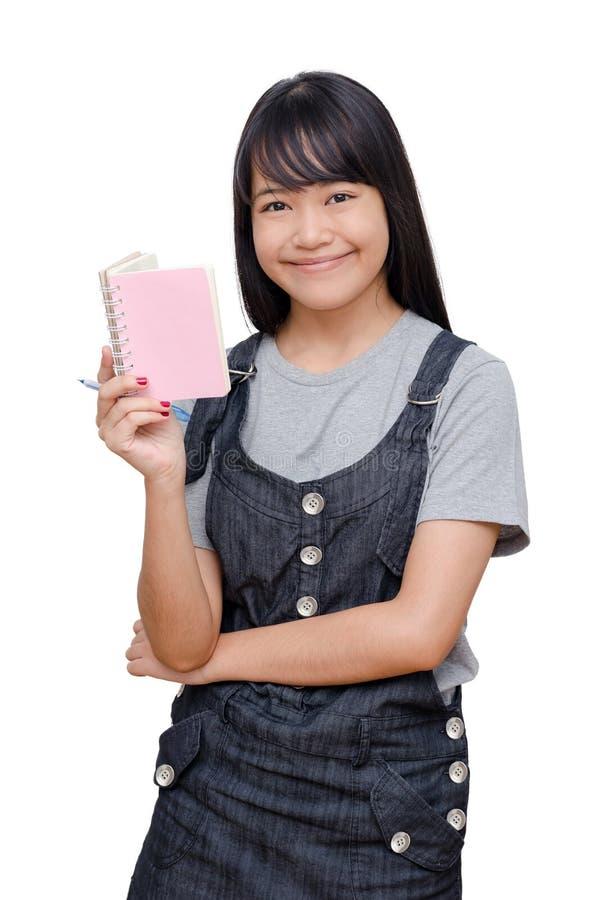 Libro di lettura della ragazza sopra bianco fotografia stock libera da diritti