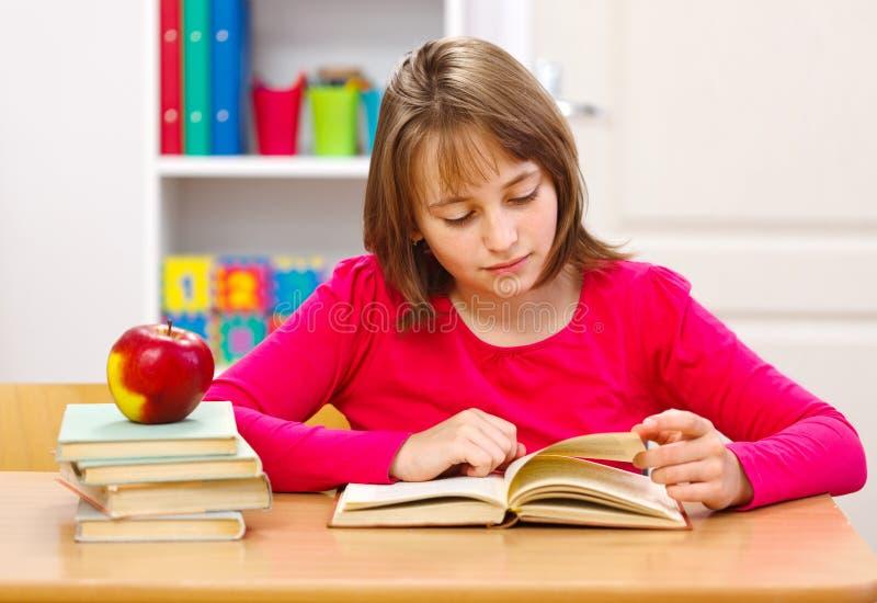 Libro di lettura della scolara immagine stock libera da diritti