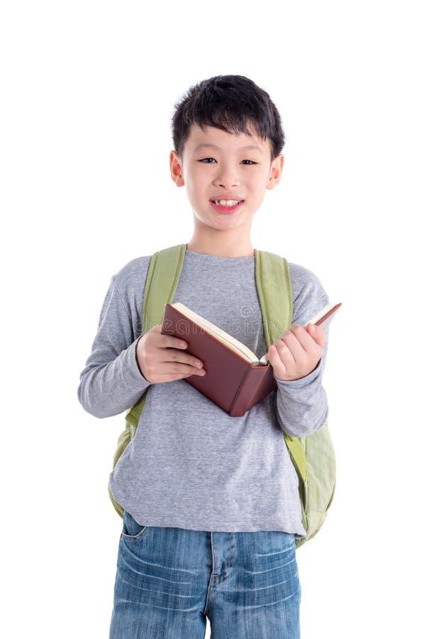 Libro di lettura dello scolaro sopra fondo bianco fotografie stock