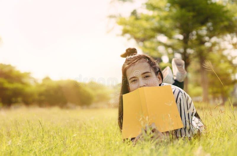 Libro di lettura dello studente della giovane donna in università immagine stock