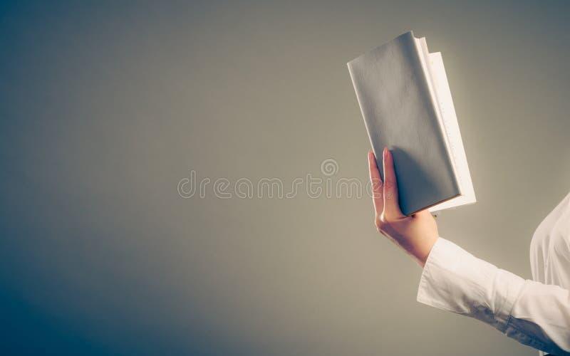 Libro di lettura di apprendimento umano Svago di istruzione fotografia stock libera da diritti