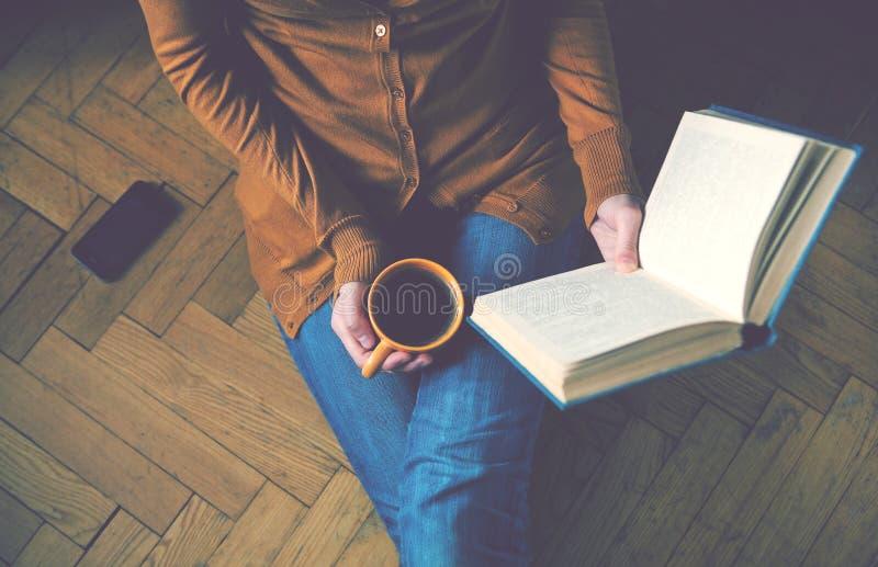 Libro di lettura e caffè bevente fotografie stock libere da diritti