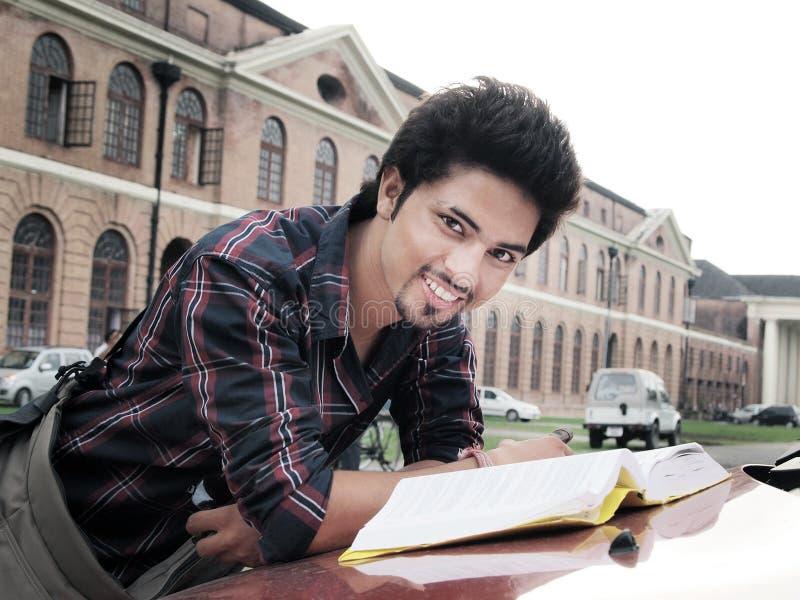 Libro di lettura indiano dello studente di college. fotografia stock