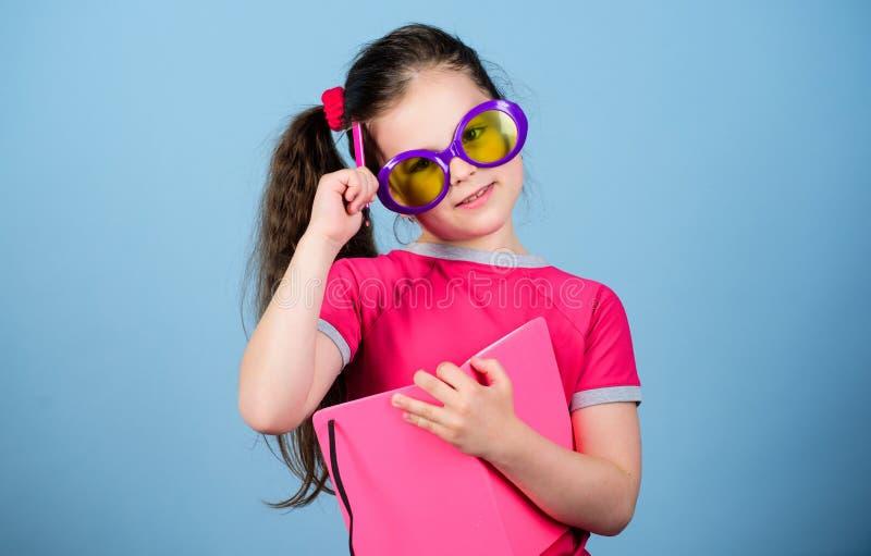 Libro di lettura Modo di estate piccola ragazza di bellezza scrivere le sue memorie fabbricazione dei piani per le vacanze estive fotografia stock libera da diritti