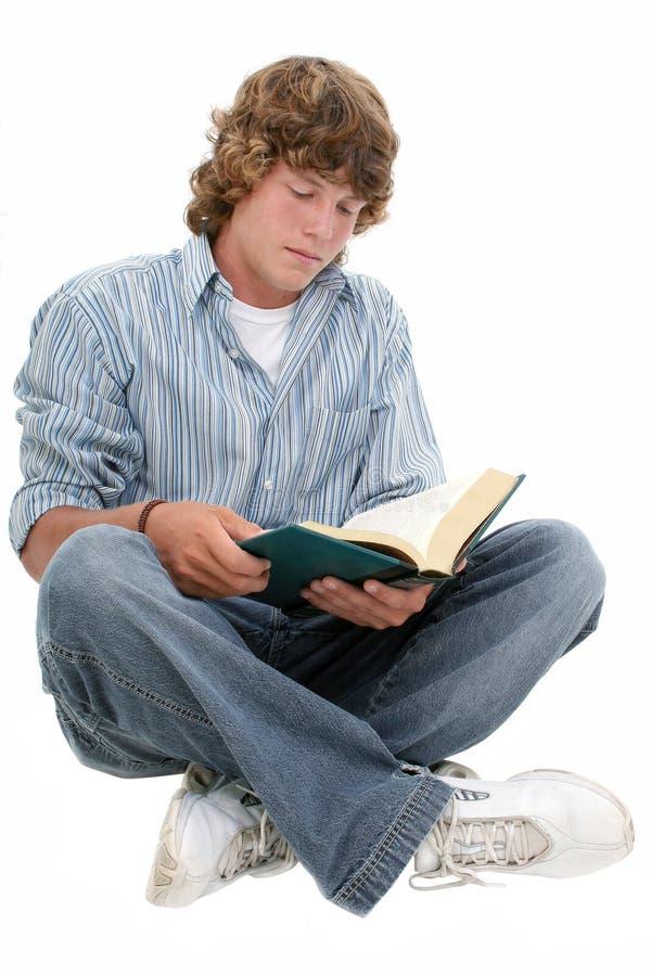 Libro di lettura teenager attraente del ragazzo di sedici anni immagini stock