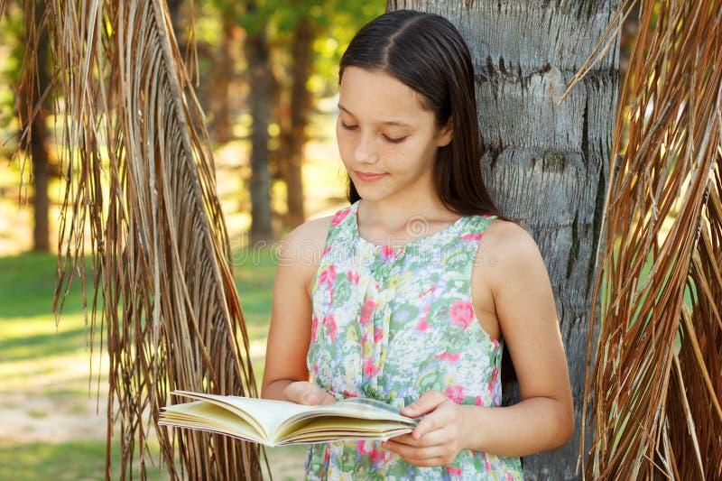 Libro di lettura teenager sveglio della ragazza fotografia stock libera da diritti