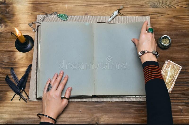 Libro di magia Lettura futura Libro di magia sul concetto dell'indovino fotografia stock libera da diritti
