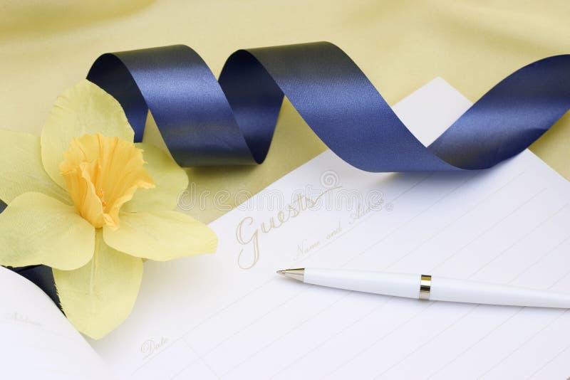 Libro di ospite con il nastro blu fotografia stock