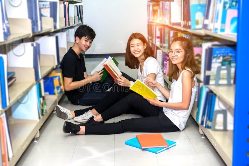 Libro di Teenage Group Reading dello studente fotografie stock libere da diritti