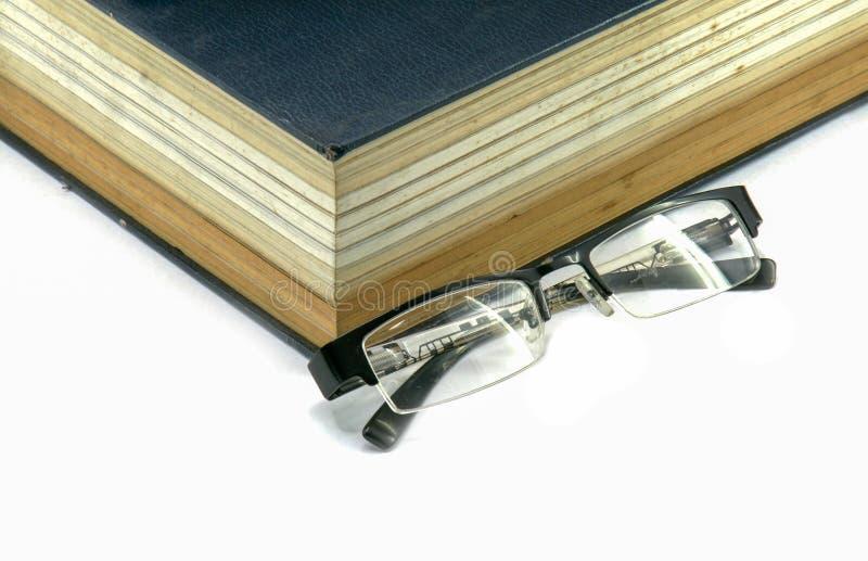 Libro di testo o bibbia con gli occhiali fotografia stock libera da diritti