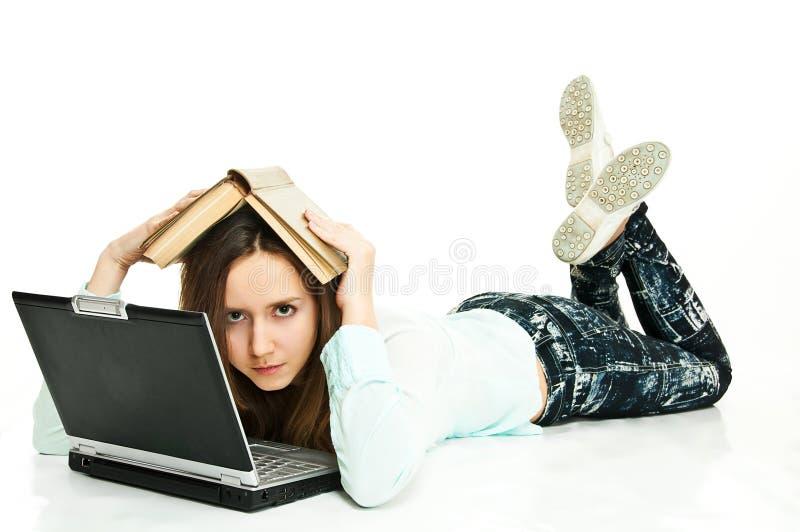 Libro e computer portatile per guida fotografia stock