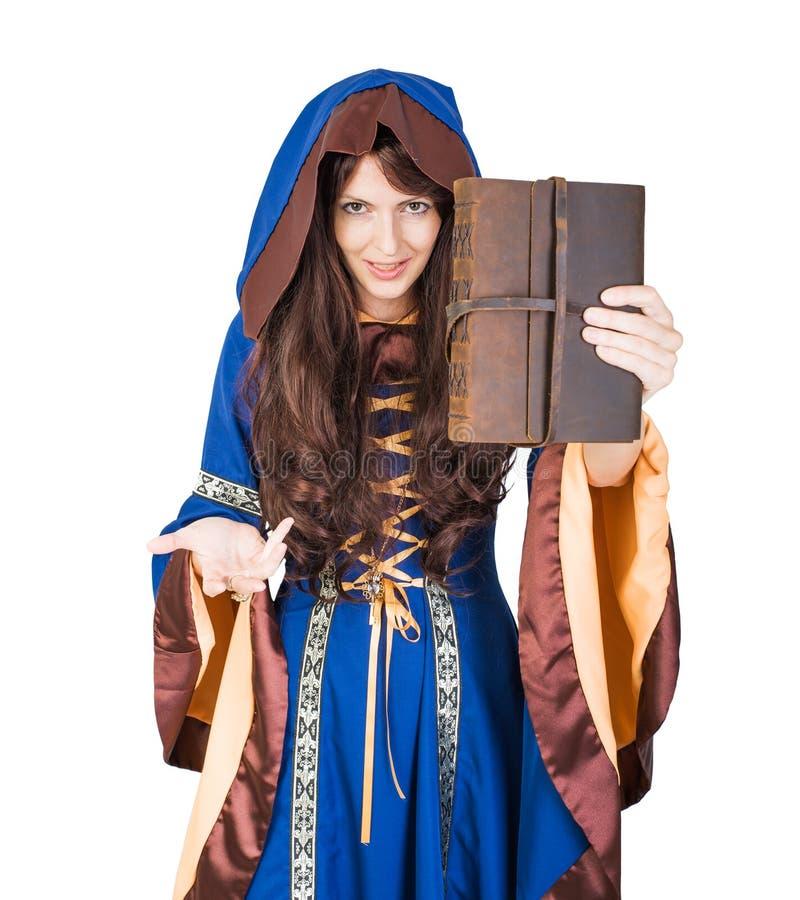 Libro e fuoco magici della ragazza della strega di Halloween a disposizione fotografie stock