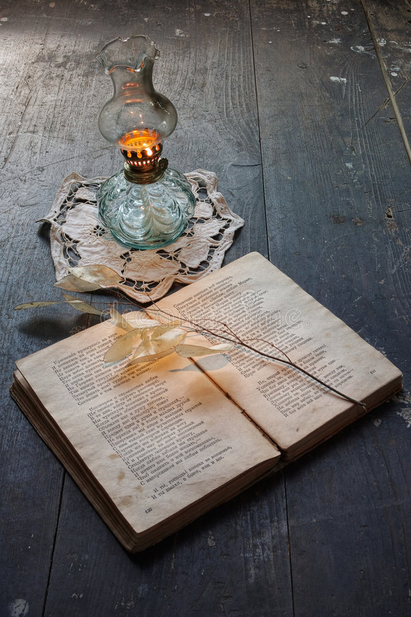 Libro e lampada di olio antica fotografia stock libera da diritti
