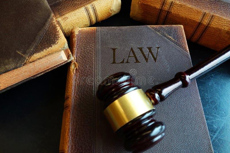 Libro e martelletto legali fotografia stock