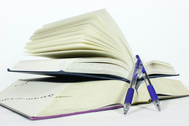 Libro e penna immagini stock