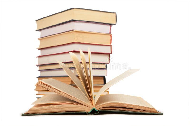 Libro e pila aperti di libri fotografie stock libere da diritti