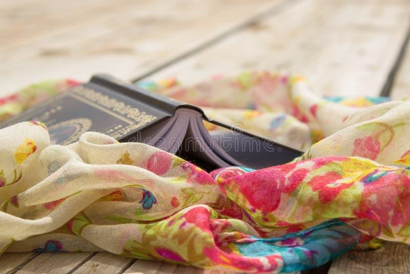 Libro e sciarpa fotografia stock