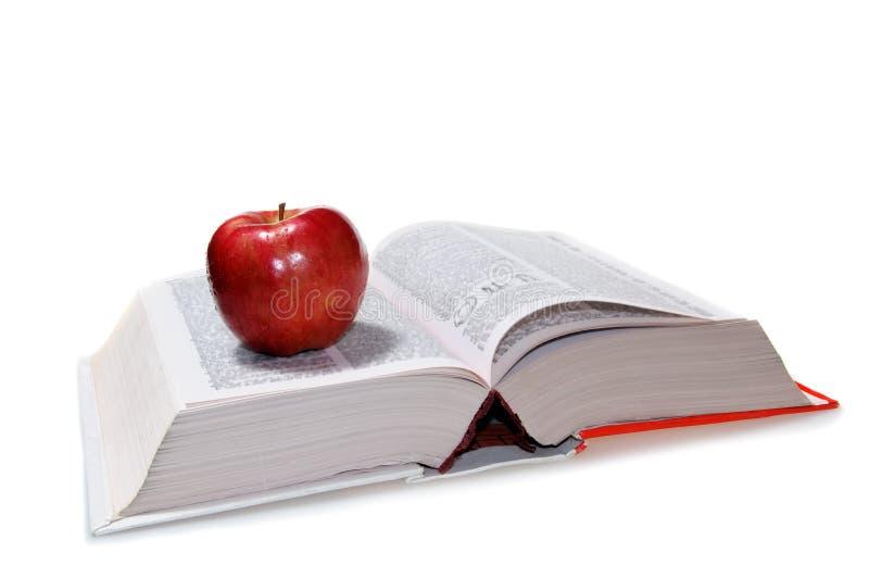Libro e una mela rossa fotografia stock libera da diritti