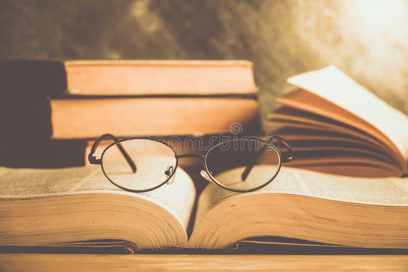 Libro e vetri immagine stock libera da diritti