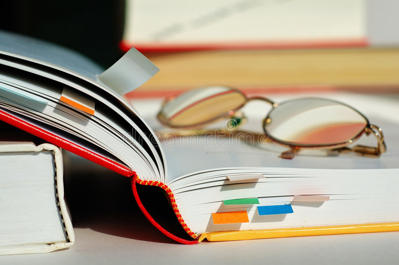 Libro e vetri aperti fotografie stock