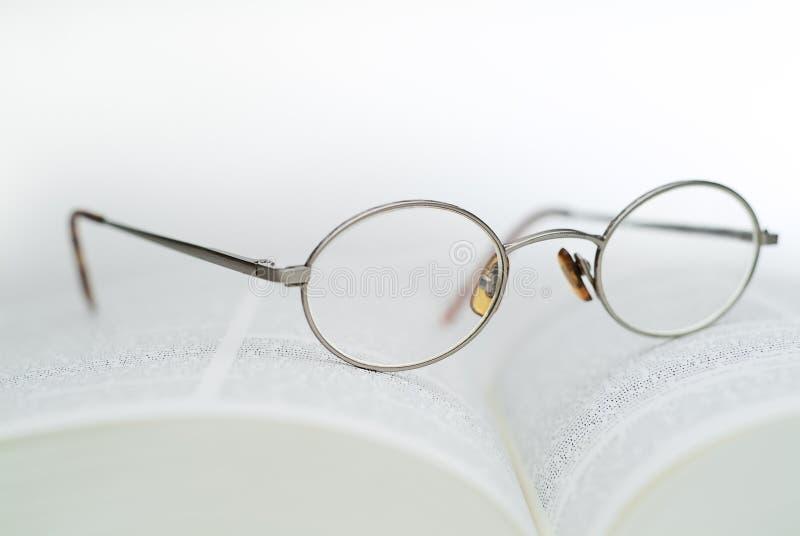 Libro e vetri di lettura fotografia stock libera da diritti