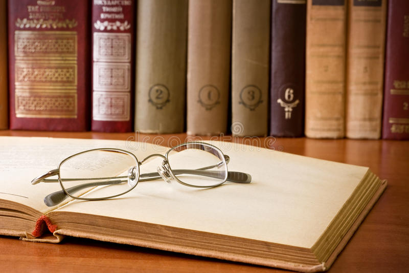 Libro e vetri in libreria fotografia stock libera da diritti