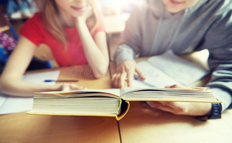 Libro ed apprendimento di lettura degli studenti della High School immagini stock libere da diritti