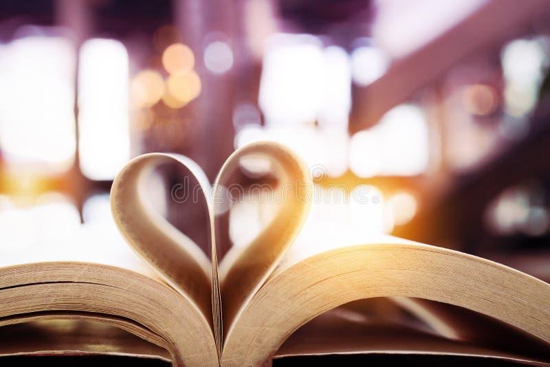 Libro en forma del corazón, tarjeta del día de San Valentín, día del concepto de la sabiduría y de la educación, de libro de mund imágenes de archivo libres de regalías