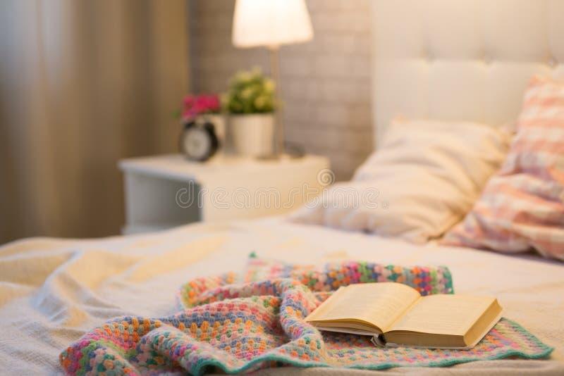 Libro en la cama foto de archivo libre de regalías