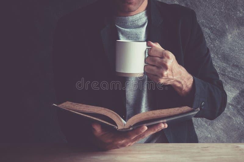 Libro en una cafetería en una tranquilidad imagen de archivo libre de regalías