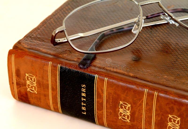 Libro encuadernado de cuero del siglo XVIII con las gafas fotos de archivo