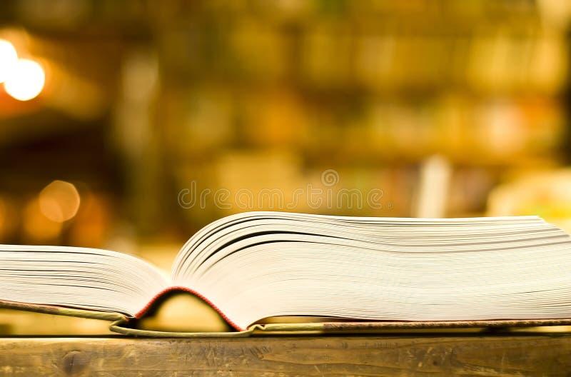 Libro grueso abierto en librería imagenes de archivo