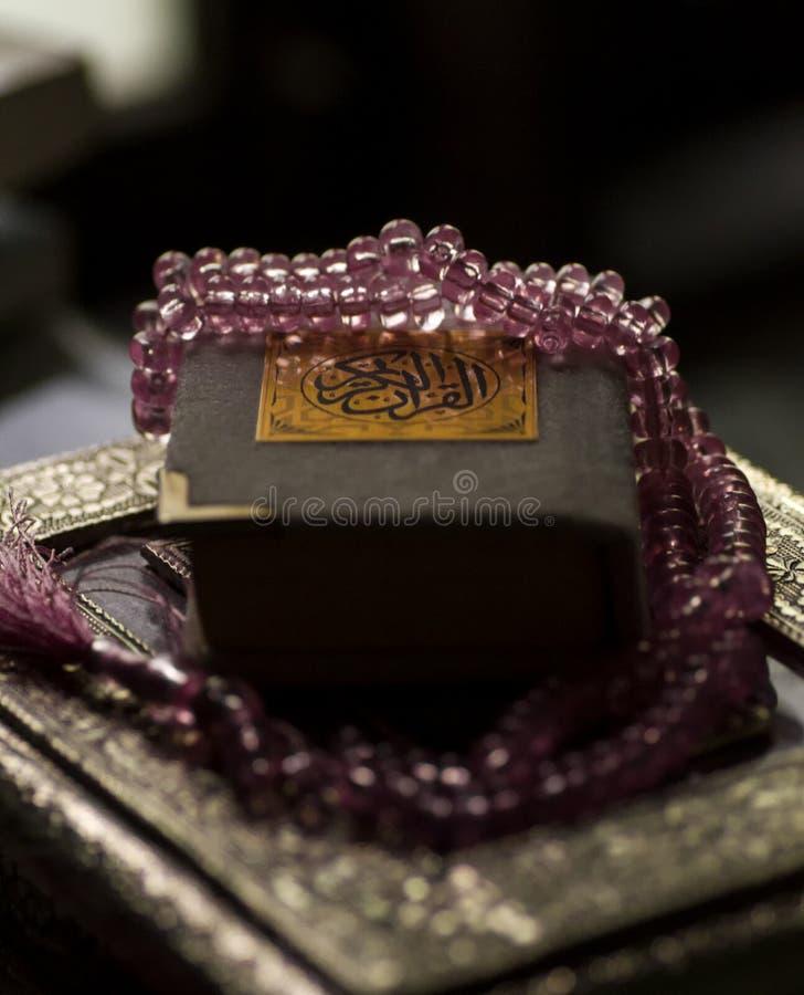 Libro islámico santo Koran cerrado con el rosario imágenes de archivo libres de regalías