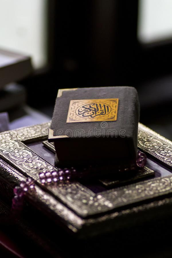 Libro islámico santo Koran cerrado con el rosario foto de archivo libre de regalías