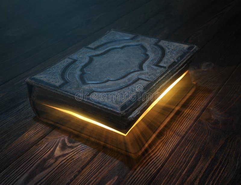 Libro mágico viejo en la tabla de madera fotografía de archivo libre de regalías