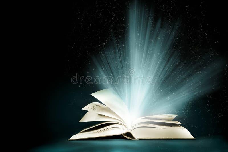 Libro magico aperto fotografie stock libere da diritti