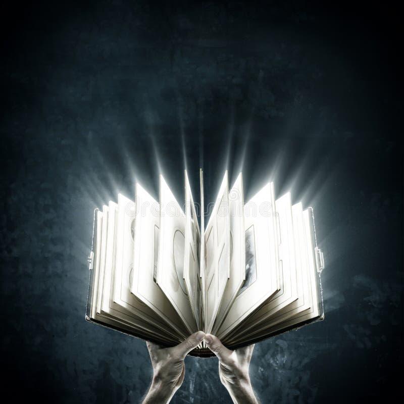 Libro magico aperto con le luci magiche immagini stock libere da diritti