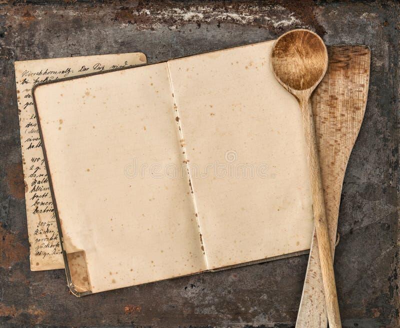 Libro manuscrito de la receta del vintage y utensilios viejos de la cocina fotografía de archivo libre de regalías