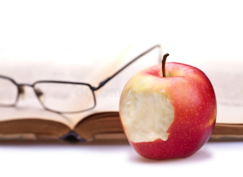 Libro, mela e vetri fotografia stock