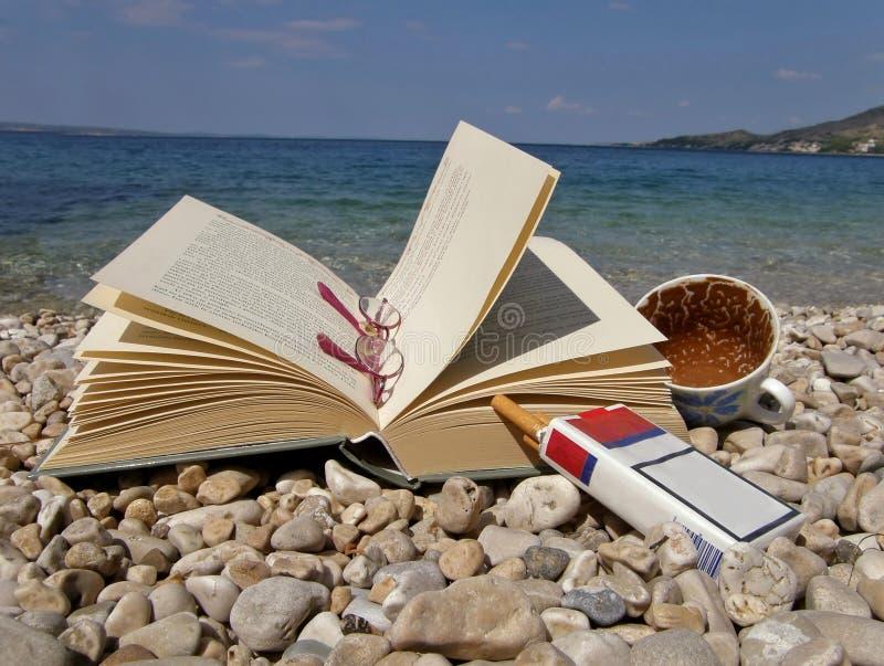 Libro, occhiali, caffè, sigaretta fotografia stock