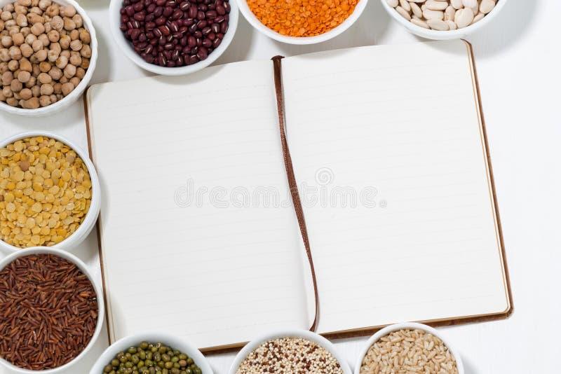 Libro per le ricette e l'assortimento dei legumi fotografie stock