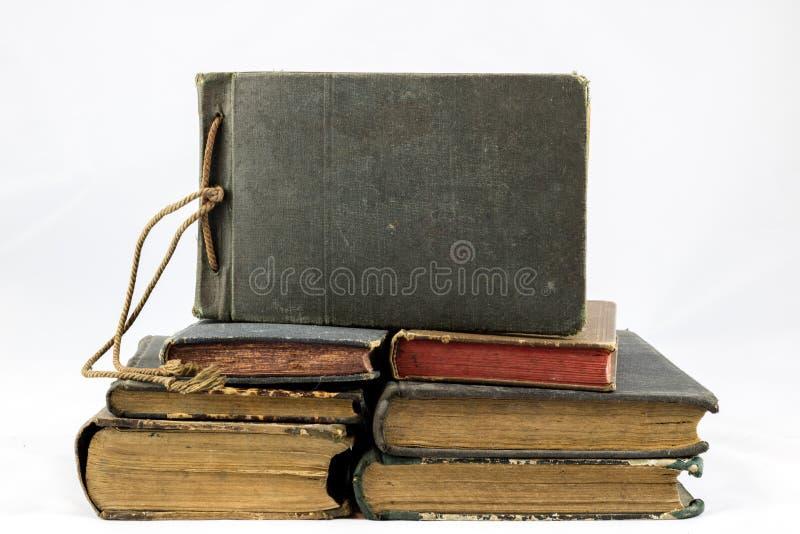 Libro polvoriento viejo en fondo aislado blanco imagenes de archivo