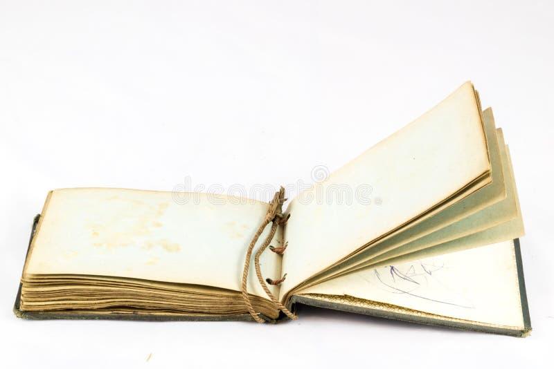 Libro polvoriento viejo en fondo aislado blanco foto de archivo libre de regalías