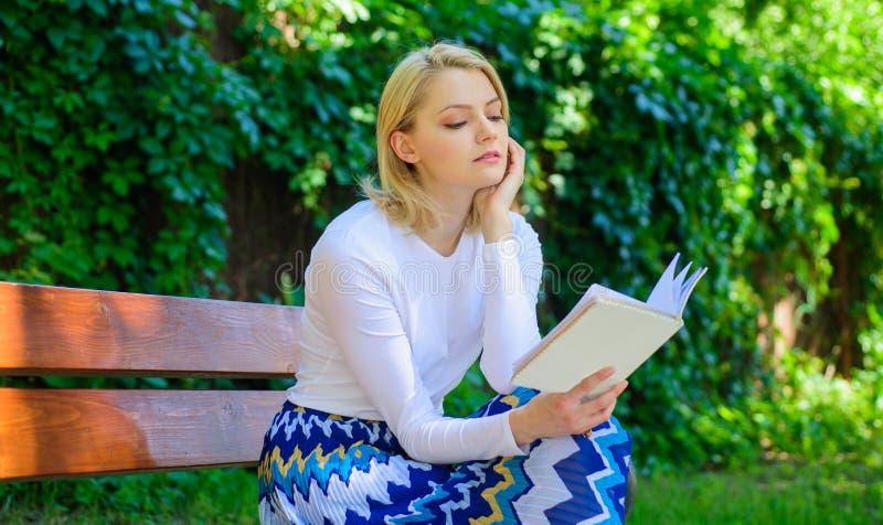 Libro preferido Literatura de la lectura como afición Rotura rubia de la toma de la mujer que se relaja en libro de lectura del p fotografía de archivo libre de regalías