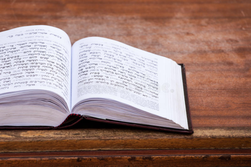 Libro pregante ebreo sulla tavola. fotografie stock