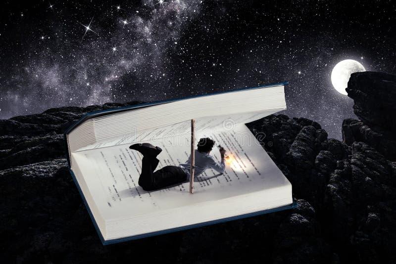 Libro que le lleva a otra realidad Técnicas mixtas fotografía de archivo libre de regalías
