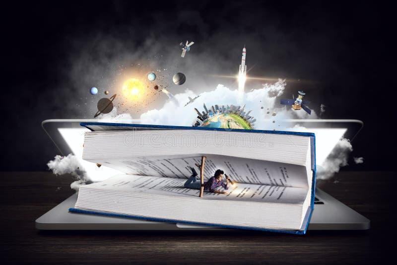 Libro que le lleva a otra realidad Técnicas mixtas imagen de archivo