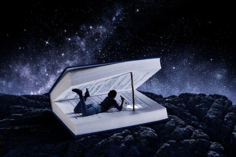 Libro que le lleva a otra realidad Técnicas mixtas imágenes de archivo libres de regalías