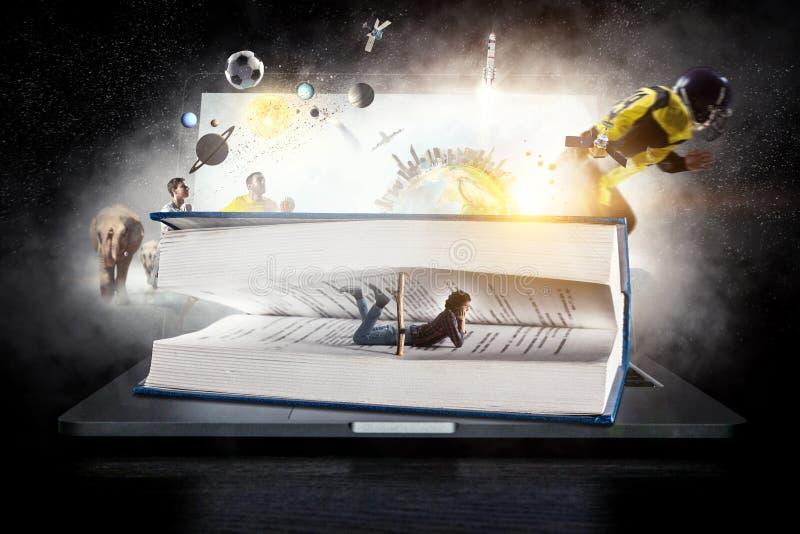 Libro que le lleva a otra realidad Técnicas mixtas imagen de archivo libre de regalías