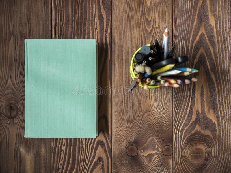 Libro que miente en la tabla imágenes de archivo libres de regalías